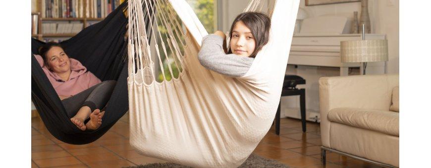 Iso riipputuoli terassille, parvekkeelle, pihalle. Runsaasti tilaa unelmointiin: kaikissa Lounger-riipputuoleissa on tarpeeksi tilaa paitsi istumiseen myös loikoiluun – mielialan mukaan.